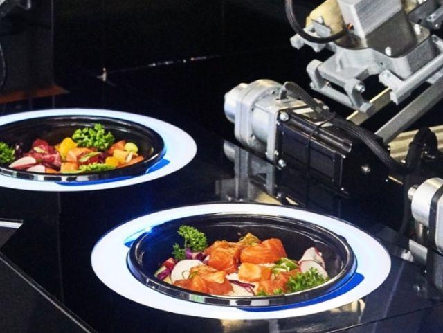 В Москве открылся ресторан с роботом, который готовит поке