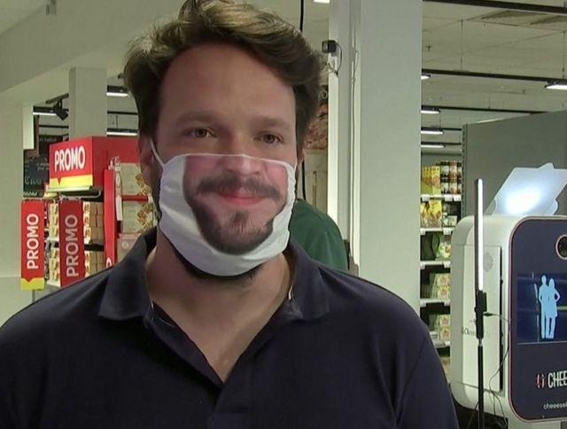 Сотрудники брюссельского ресторана носят маски со своими улыбками