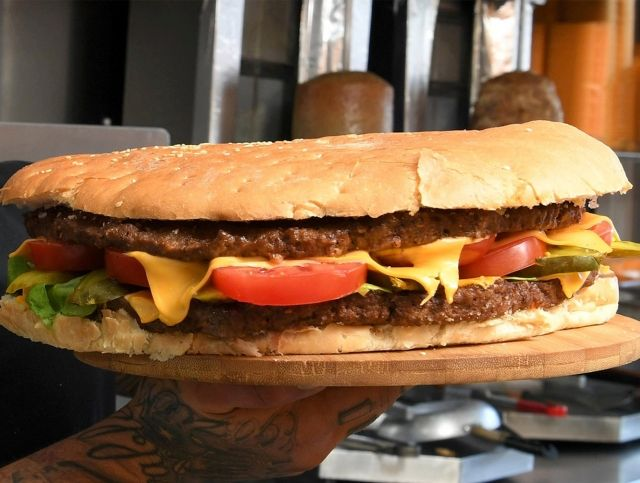 Британский ресторан заплатит 1000 фунтов стерлингов человеку, который съест 2-килограммовый бургер за 20 минут