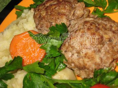 Котлеты, тушеные с овощами — готовое блюдо.
