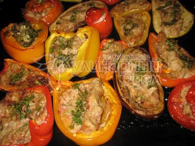 Приготовленные фаршированные овощи