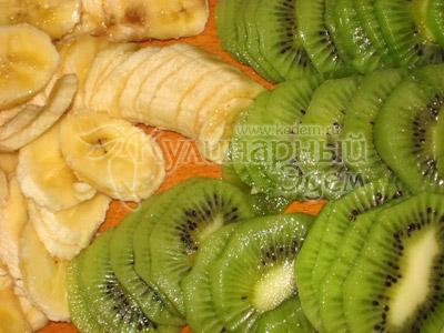 Мясо под фруктово-сырным одеялом - Очистить бананы и киви от кожуры, нарезать тонкими кружочками.
