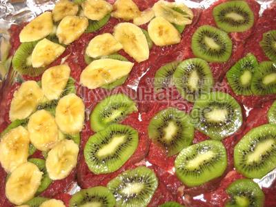 Мясо под фруктово-сырным одеялом - На каждый кусочек  мяса уложить кружочки киви, затем -  банановые ломтики.