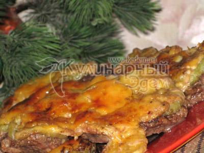 Мясо под фруктово-сырным одеялом – готовое блюдо!