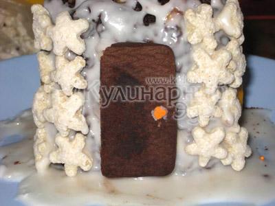 Торт «Сказочный домик» - Дверь и углы дома: вырезать из коричневого печенья дверь, вдавить ее в глазурь для склеивания, после - украсить углы дома звездочками.
