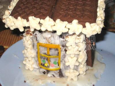 Торт «Сказочный домик» - Таким же методом, окуная в творог, либо в сметану, приклеить звездочки к крыше по всему ее периметру.