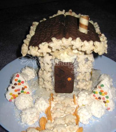 Торт «Сказочный домик» - Труба: Самый шаткий элемент, поэтому устанавливаем его в последнюю очередь.