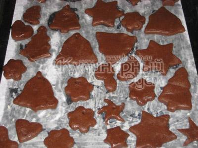 Имбирные пряники расписные - Выложить фигурки на расстоянии друг от друга, с расчетом на то, что они увеличатся при выпечке.