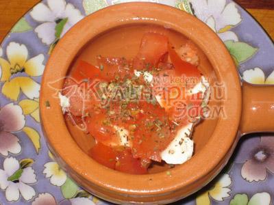 Накрыть сыр смесью помидоров и перца, в каждую из кокотниц влить по яйцу.