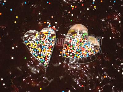 Для украшения – установить в нужном месте выемку для печенья в форме сердечка (или вырезать из картона сердечко, а, затем, вырезать внутри него еще одно сердечко