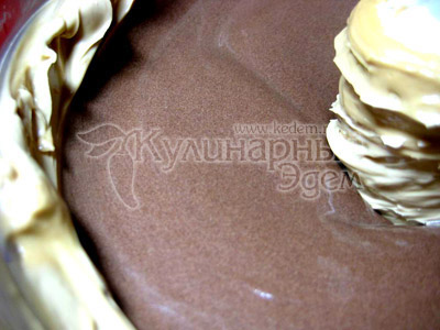 К основной части крема добавить растопленный шоколад, взбить