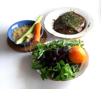 Пищевая пирамида. Ингредиенты: говяжьей печени, стакан риса, морковь, стебель сельдерея, апельсин...