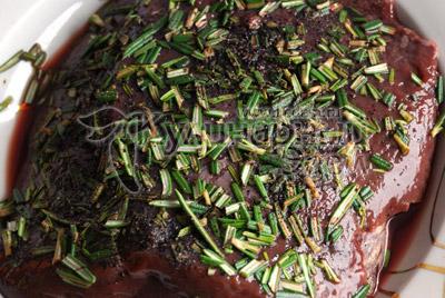 Пищевая пирамида. Печень промойте и очистите от плёнок, посыпьте листьями розмарина и черным перцем и оставьте на ночь в холодильнике.
