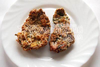 Перед приготовлением очистите мясо от старого розмарина, нарежьте плоскими кусочками, отбейте, посолите и посыпьте свежими листьями розмарина. В отдельные тарелки насыпьте кунжут и разбейте яйцо. Каждый кусочек обмакивайте в яйце, обваливайте в кунжуте и жарьте на сковороде по 5 минут с каждой стороны, до появления у кунжута золотистого оттенка.