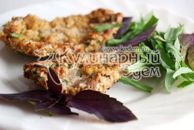 Стейки в кунжуте и розмарине подавайте со свежей зеленью или овощным салатом.