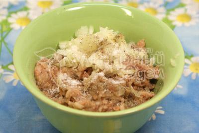 Фарш размять в миске, добавить мелко нарезанный лук. Фаршированные перцы «Светофор».