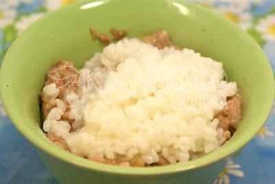 Рис отварить до полу готовности и добавить в фарш. Посолить и поперчить, хорошо перемешать. Фаршированные перцы «Светофор».
