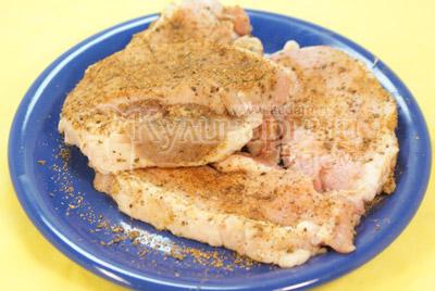 Мясо разделить на небольшие ломти или взять готовые медальоны,обвалять в специях и соли. - фото приготовления рецепта. Мясные медальоны «Обед для мужа»