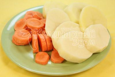 Картофель и морковь порезать кружочками и посолить. - фото приготовления рецепта. Мясные медальоны «Обед для мужа»
