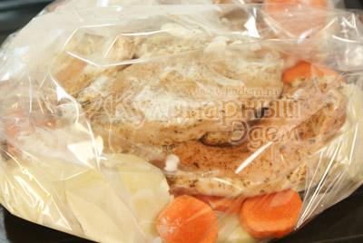 Картофель обмазанный майонезом уложить слоем в пакет для запекания, сверху морковь и аккуратно по всей поверхности уложить ломти мяса.