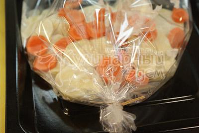 Завязать пакет. - фото приготовления рецепта. Мясные медальоны «Обед для мужа»