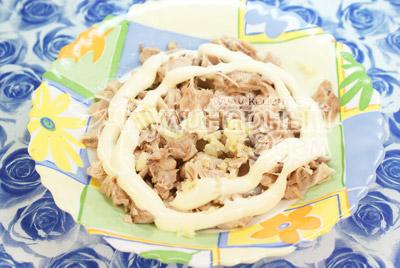 Курицу отвариваем и мелко режем. Смешиваем в отдельной миске курицу с чесноком и майонезом.