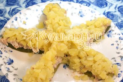 Картофель отвариваем, чистим остужаем и укладываем третьим слоем на курицу смазываем майонезом.