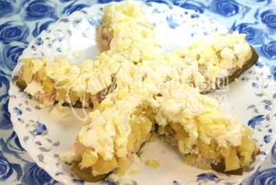 Четвертым слоем укладываем вареные и мелко нашинкованные яйца