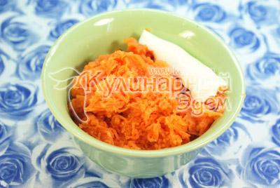 Морковь отвариваем, трем на мелкой терке и смешиваем с майонезом