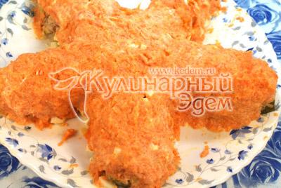 Морковно-майонезной смесью обмазываем все части салата  сверху и по бокам