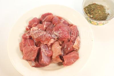 Мясо порезать на небольшие кусочки. - Мясо на деревянных шпажках.