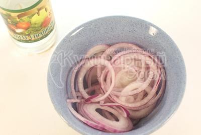 Лук почистить и нарезать тонкими кольцами. Выложит лук и миску и залить смесью яблочного уксуса и подсолнечного масла. Оставить на 15 минут. - Мясо на деревянных шпажках.