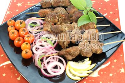 Поставить в духовку еще на 20 минут. Готовое мясо выложить на блюдо украсить маринованным луком, помидорами черри и зеленью. - Мясо на деревянных шпажках.