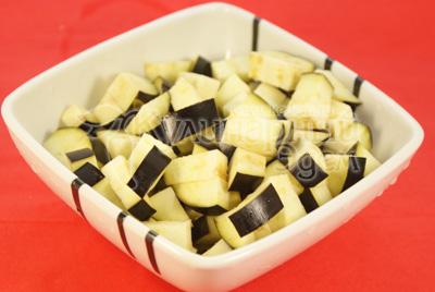 Баклажан порезать кубиками и посолить. Дать постоять 30 минут. - Каннеллони с мясной начинкой и томатным соусом из баклажан