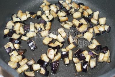 Слить сок и обжарить на подсолнечном масле до готовности. - Каннеллони с мясной начинкой и томатным соусом из баклажан