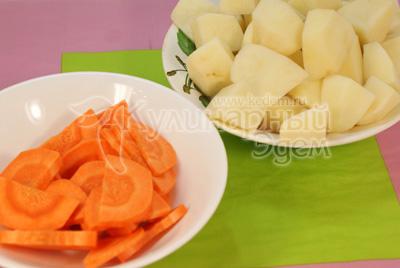 Картофель и морковь нарезать крупными кусочками. - Рецепт приготовления ребрышек запеченных в горшочке