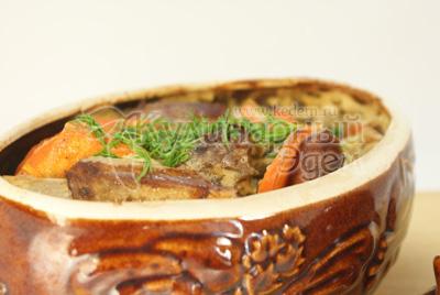 Перед подачей посыпать мелко нашинкованным укропом. - Рецепт приготовления ребрышек запеченных в горшочке