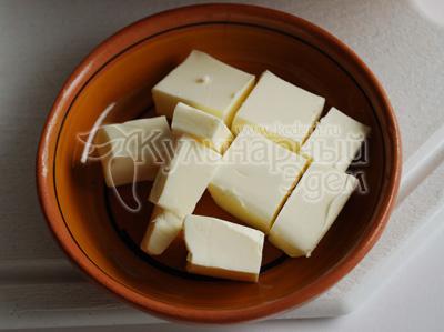 Вырезку нарежьте ее плоскими длинными кусками, отбейте и посолите. Сливочное масло нарежьте маленькими кусочками.