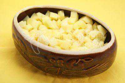 Картофель нарезать кубиками и выложить в форму.