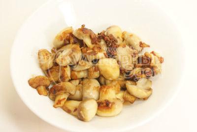 Добавить грибы и тушить еще 10-15  минут. Посолить и жарить до образования золотистой корочки на грибах.  - Ананасовые «шайбы» с грибами