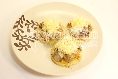 Посыпать тертым сыром. - Ананасовые «шайбы» с грибами