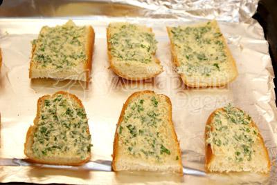 Намажьте кусочки булочки смесью масла с зеленью и специями и выложите кусочки на противень. - Тосты к супу