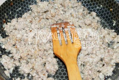 Подсолнечное мало разогреть на сковороде и выложить фарш. Размять его лопаткой по всей сковороде