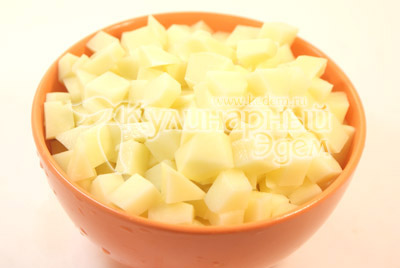 Картофель нарезать небольшими кубиками. - Фото рецепт Галушки для всей семьи