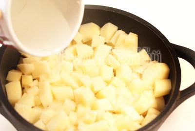 Слой картофеля полить соком мяса и посолить (если мало добавить воды 100 г). - Фото рецепт Галушки для всей семьи