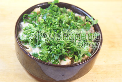 Вылить соус в форму. Посыпать нашинкованной зеленью