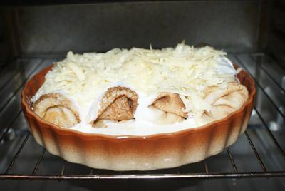 Посыпьте тертым сыром и запеките в духовке 10-15 минут при температуре 180 градусов С
