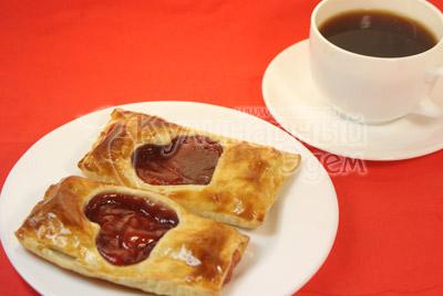 Выпекать 20 минут при температуре 200 градусов С. Подавать теплыми на завтрак с чашечкой кофе. - Слойки  «Валентинки». Фото приготовления рецепта.