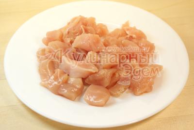Куриное филе порезать кусочками. - Салат «Ля-Мур» с курицей. Фото приготовления рецепта.