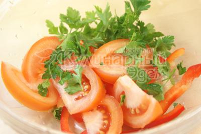 Перец порезать соломкой, помидоры ломтиками, зелень нарвать руками. - Салат «Ля-Мур» с курицей. Фото приготовления рецепта.